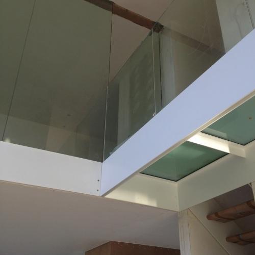 Loopvloer met mat glas, in wit gelakte constructie