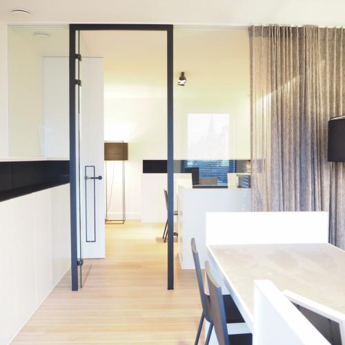 heldere deur/wand met zwart gelakte deurkader