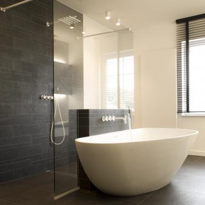 Vrijstaande douchewand met witte stabilisators (interieurarchitecte: kissy van den plas)