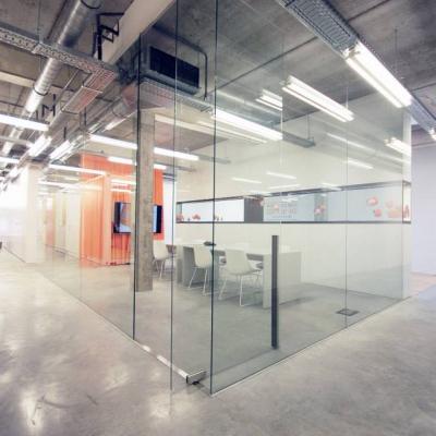 Scheidingswand met deur in klaar glas (de meester-vliegen architecten)