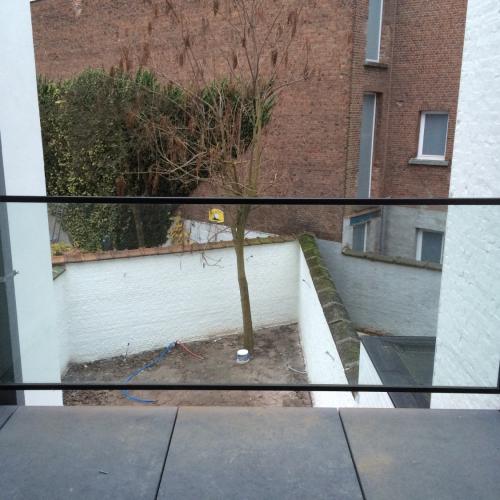 Buitenbalustrade in klaar glas, met zwarte metalen kader