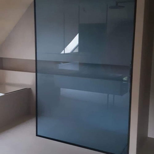 douchewand in gelaagd veiligheidsglas met blauwe vanceva folie