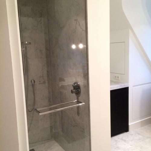 heldere douche deur met chroom beslag