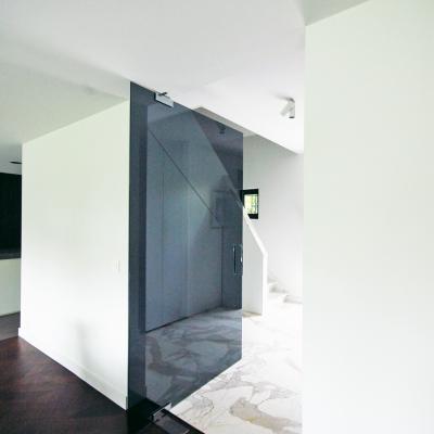 Deur op vloerveer in grijs glas (de meester-vliegen architecten)