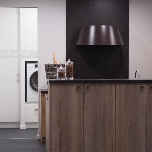 schuifdeur in gehard veiligheidsglas voorzien van zandstraling (keukens van lommel)