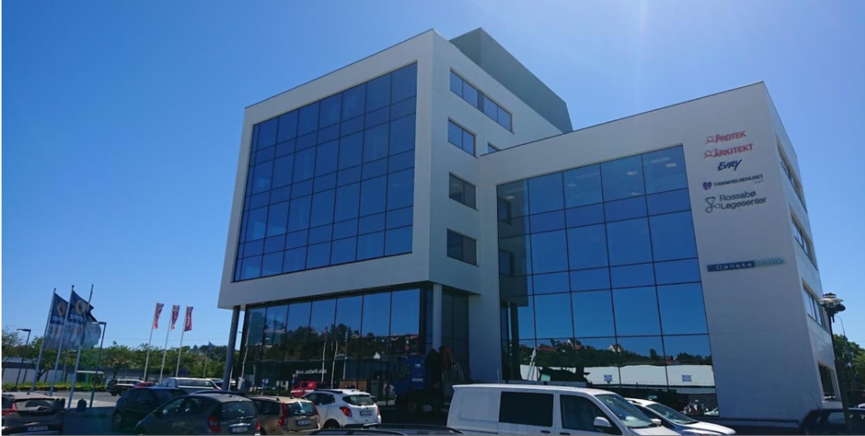 Fasaden mot nord består av tre store glassfasader av systemet Schüco FWS 50, som gir et stort glassbilde