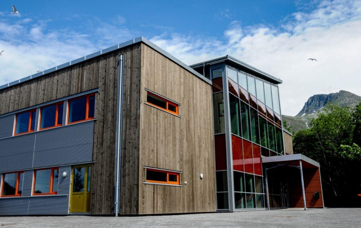 Store glassfasader gir elevene og de ansatte en stor, flott utsikt.