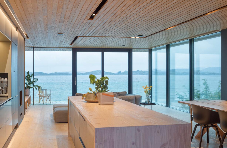 """På grunn av denne fantastiske utsikten ble Villa Melstokke valgt som et av to internasjonale referanseprosjekter i Schüco kampanjen """"More than a view""""."""