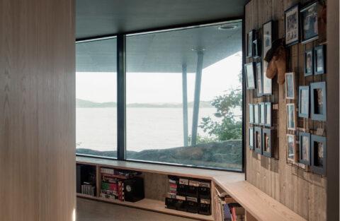 Glassfasaden Schüco FWS 50 med trelagsglass og isolering ned til passivhus sørger for herlig utsikt mot havet.