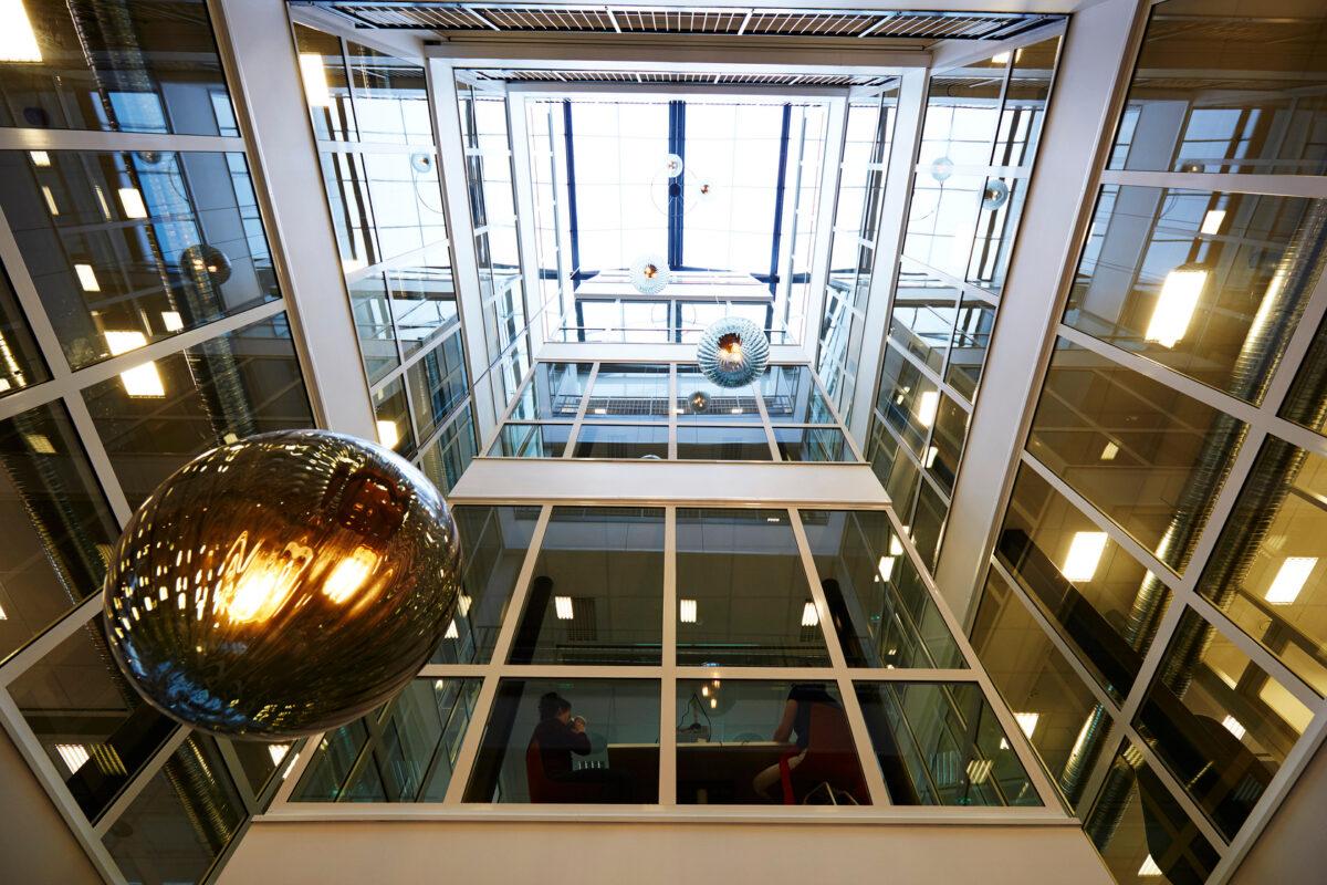 Et glasstak slipper dagslyset langt inn i bygningen