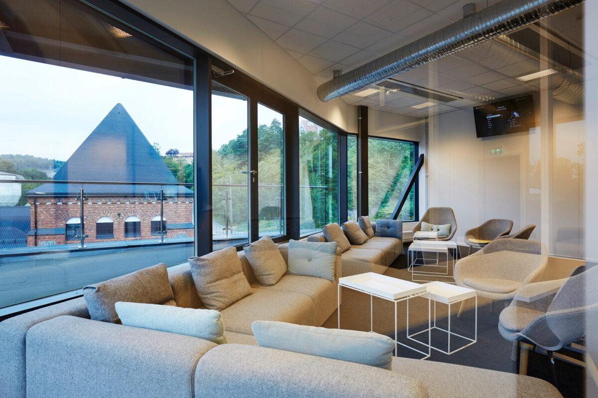 Moderne lokaler med faste vinduer i Schüco AWS 70.HI og dører i Schüco ADS 70.HI.