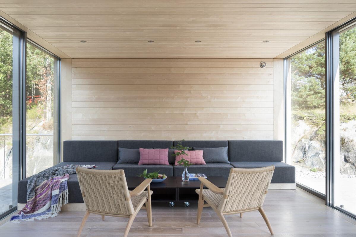 Glass på begge sider gir rikelig med dagslys i rommet og en følelse av å være nært naturen