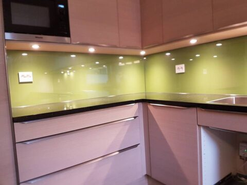 LYSBRYTERE: Glasset skreddersys slik at  kontakter kan monteres hvor som helst på veggen.