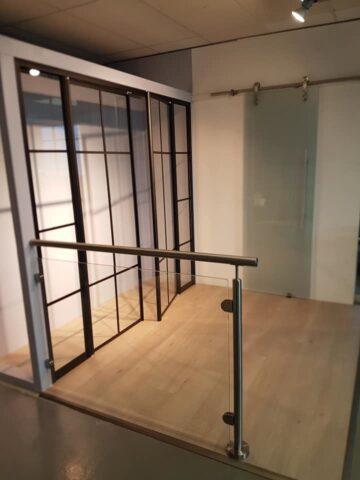ELEGANTE LØSNINGER: Glassrekkverket er like elegant inn som ute.
