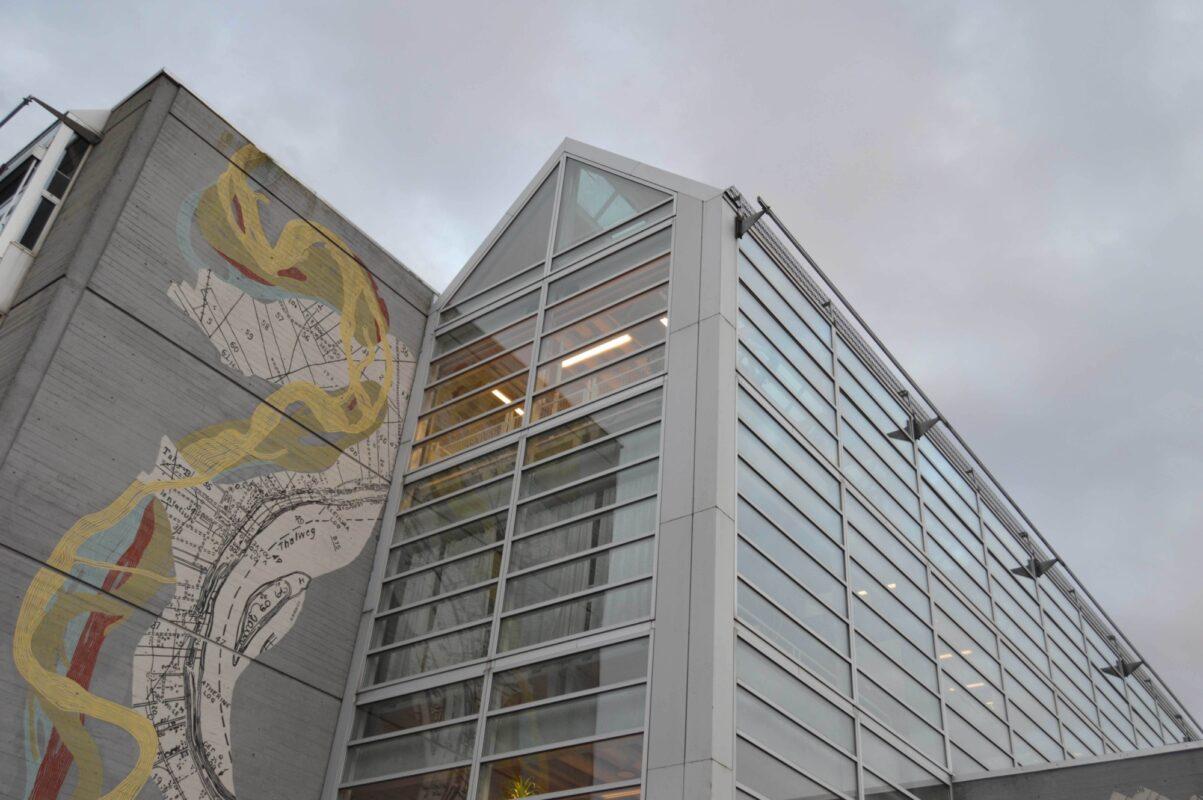 LOKAL ARKITEKTUR: Den lokale tilhørigheten understrekes i designet på bygget.