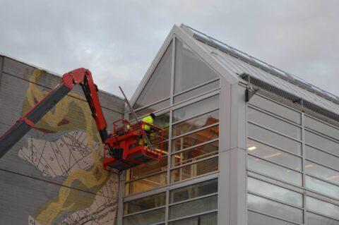 FULL INSATS: Farstad Aluminium er høyt og lavt for å tilfredstille byggherrens behov.