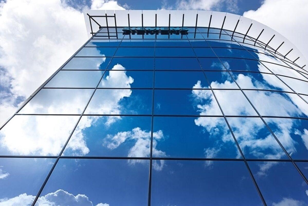 Fasaden har soldempende glass på solbelastede sider og har en u-verdi på 0,8.