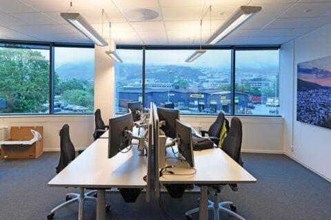 Fra utsiden er det knapt mulig å se inn i rommene. Fra innsiden har de ansatte godt utsyn.