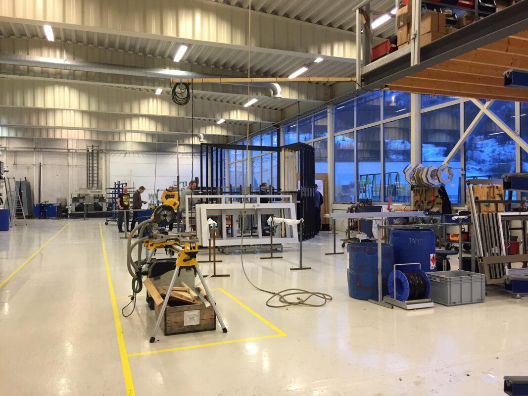 I våre produksjonslokaler produserer vi vinduer, dører og fasader i aluminium og stål.