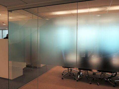 Glassvegg mot møterom