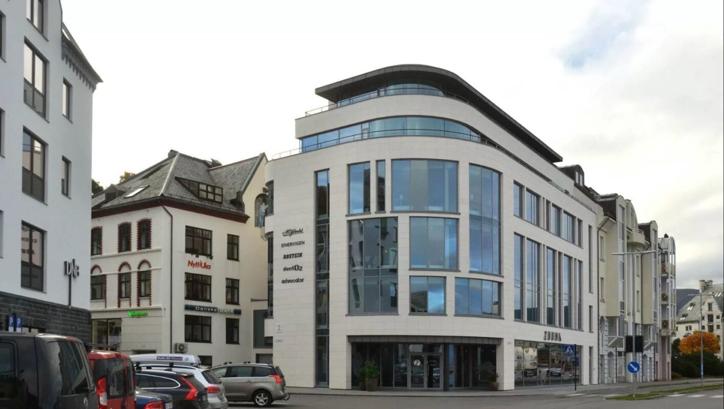 Med buet glassfasade får restaurantgjestene og de ansatte i bygningen panorama utsikt