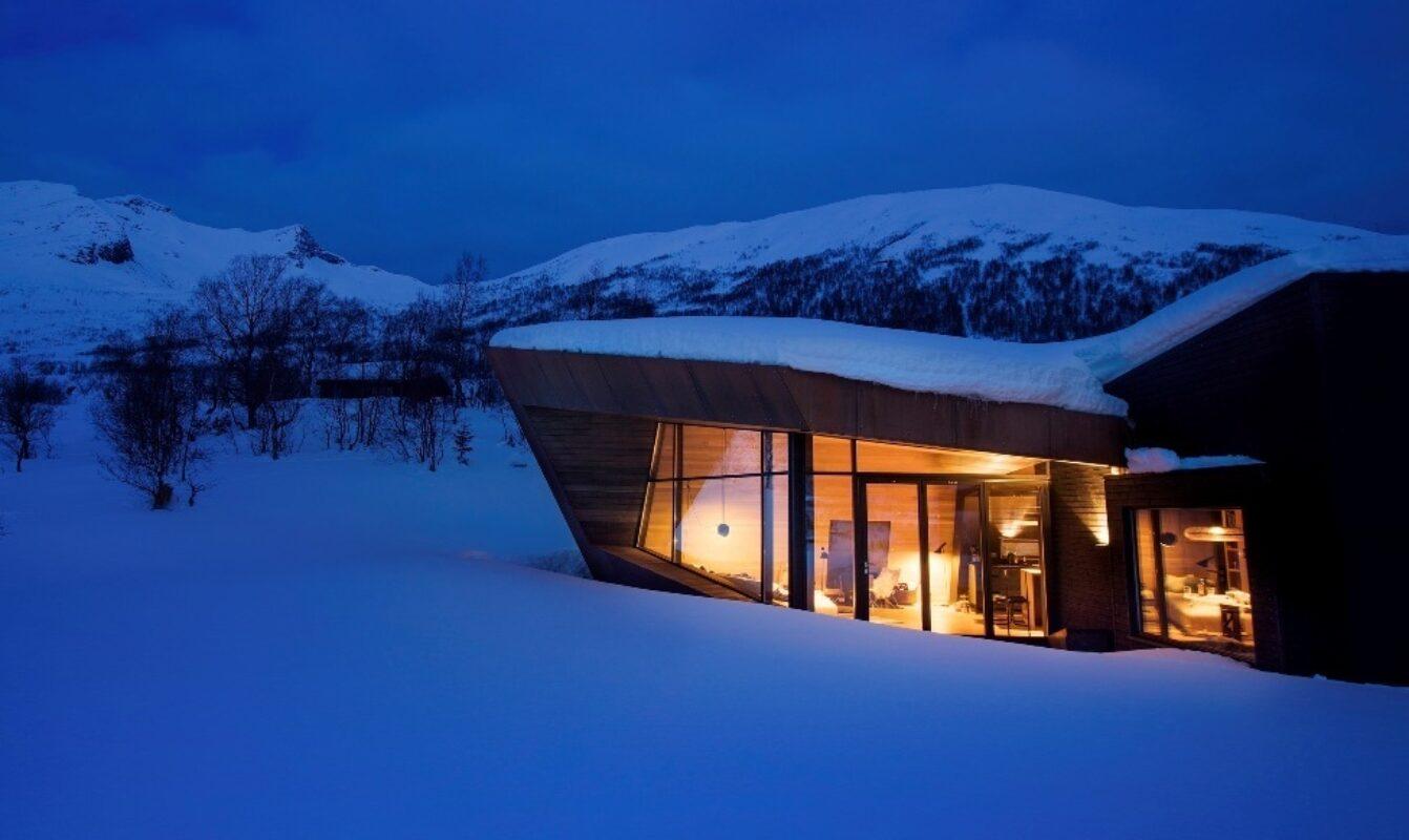 Når snøen ligger høyt, gjemmer hytten seg enda dypere ned i terrenget