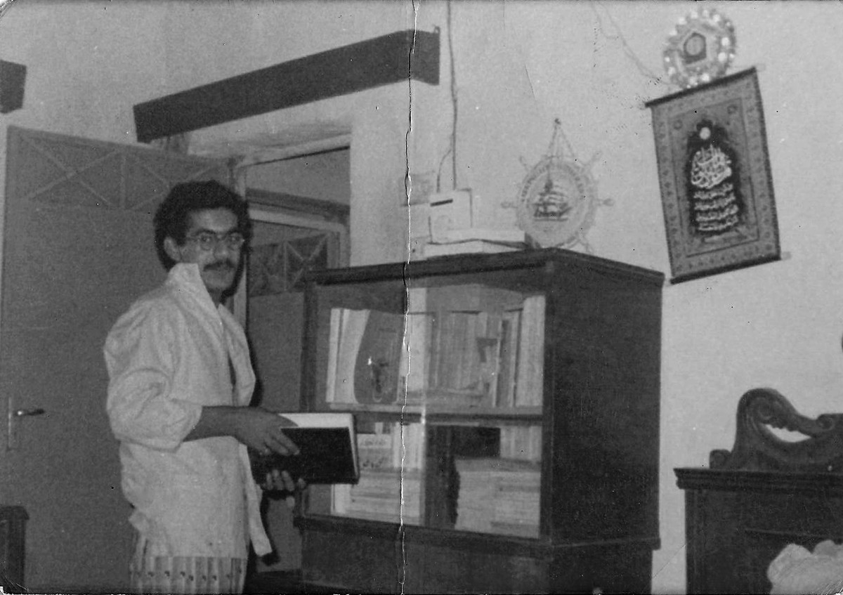 Alfraji in his family home, 1980s, Baghdad. Courtesy of the artist.