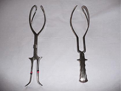 Figure 13.4 Kielland rotational forceps (left) and Simpson non-rotational forceps (right).