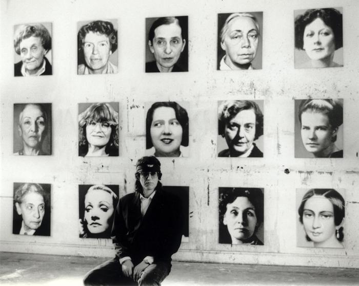 Helnwein vor seinen 48 portraits