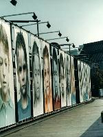 Bilderstrasse-von-Gottfried-Helnwein-zur-Photoszene-1988-in-Koeln