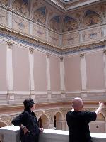 Peter-Nedoma-Direktor-der-Galerie-Rudolfinum-in-Prag-spricht-mit-Gottfried-Helnwein