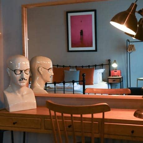 Dressing table, fantastic light, fun decorative details