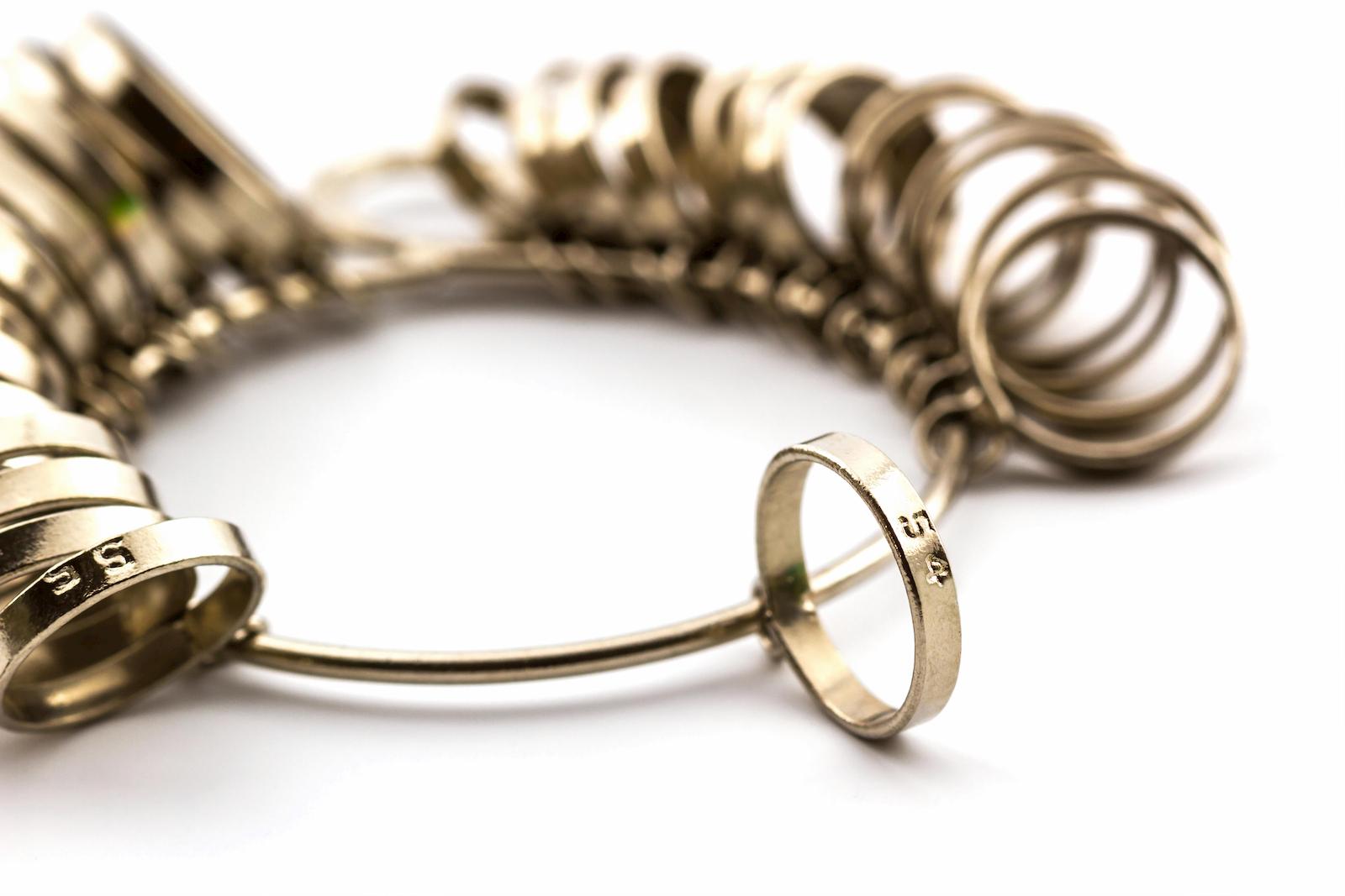 Verschiedene Ringmaße, um Ringgrößen zu bestimmen