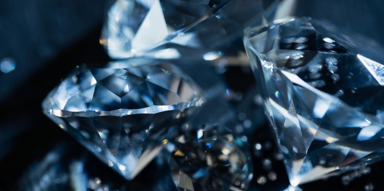 Closeup transparente Diamanten auf dunklem Hintergrund