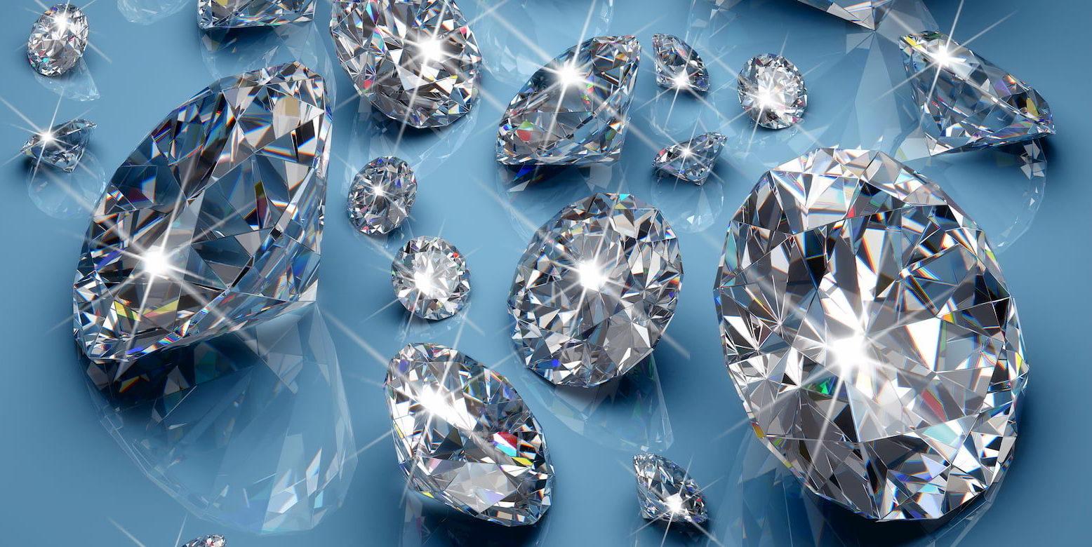 Funkelnde Diamanten auf blauem Hintergrund