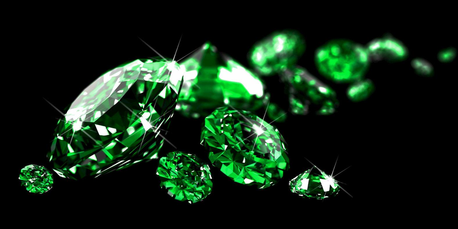 Smaragde vor schwarzem Hintergrund