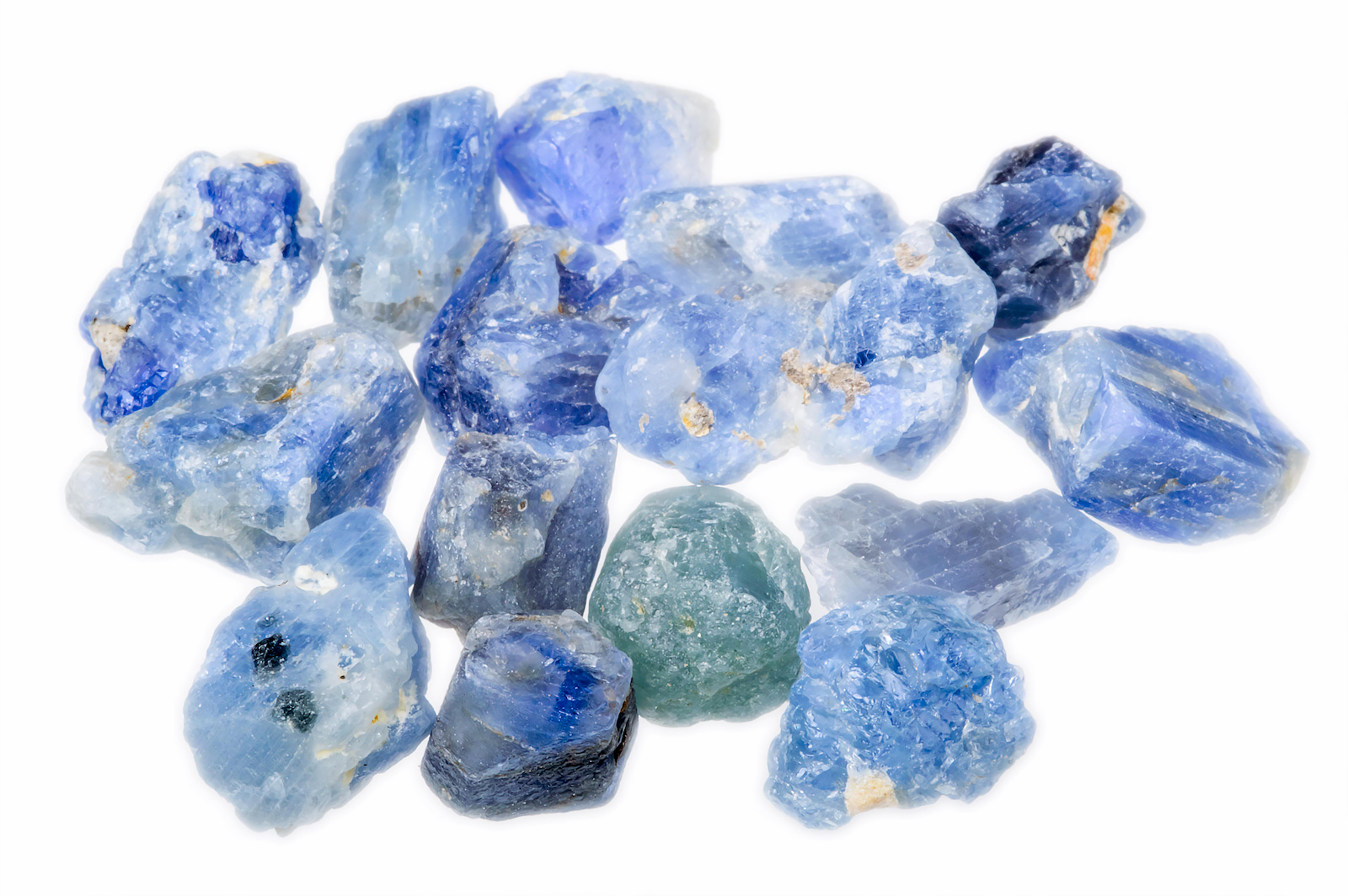 Ungeschliffene Saphire in verschiedenen Blautönen