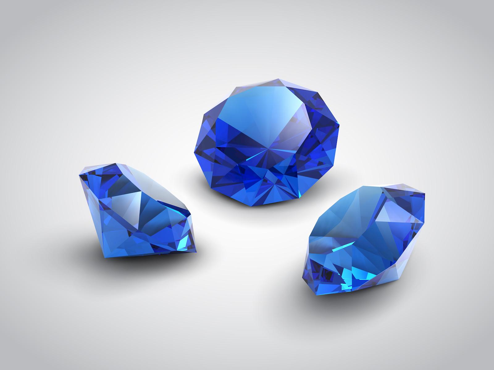 Drei geschliffene blaue Saphire