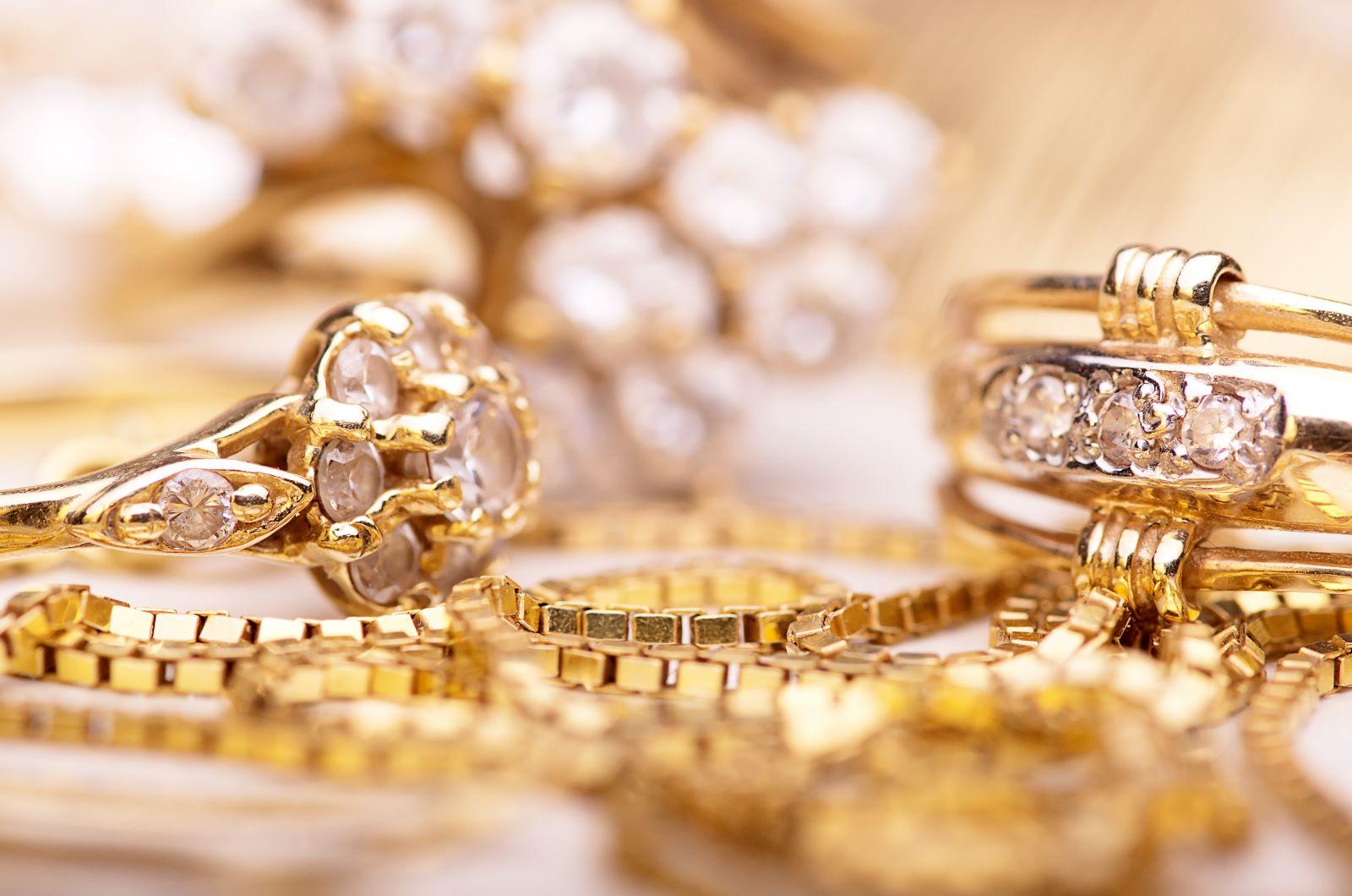 Nahaufnahme verschiedene goldene Schmuckstücke