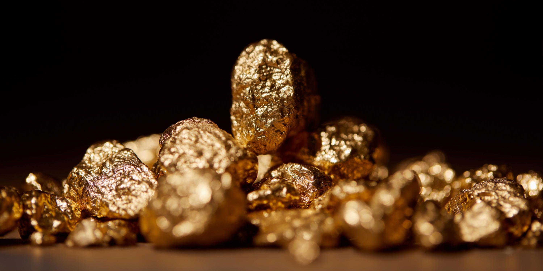 Goldene Steine in natürlicher Form