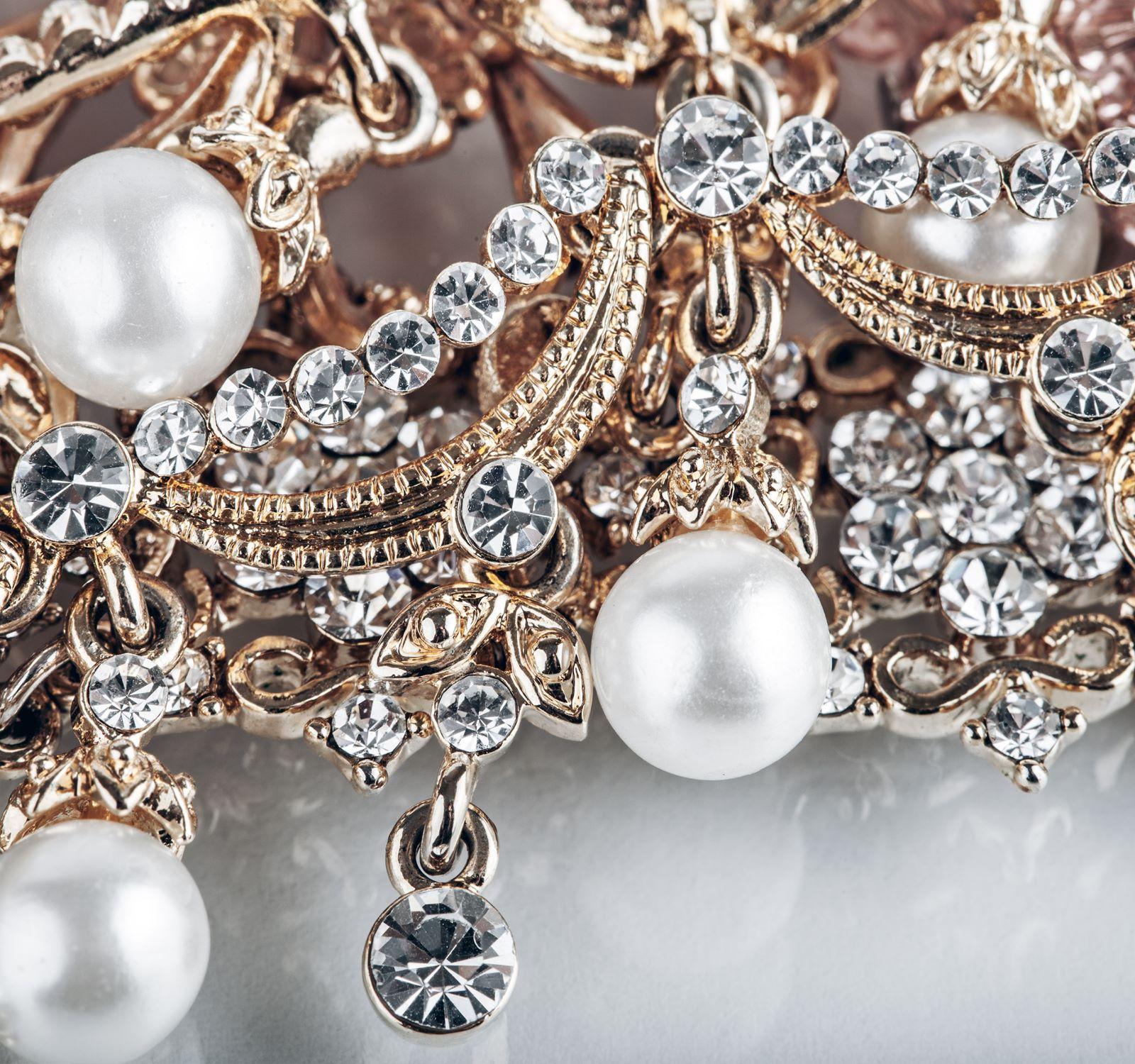Verschiedene Schmuckstücke aus Rosé-Gold mit Perlen und Diamanten