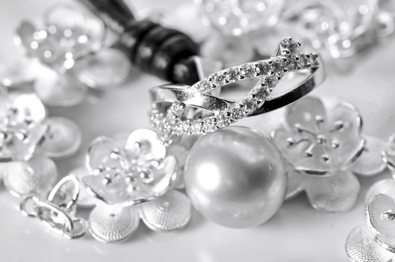 Verschiedene Schmuckstücke aus Weißgold mit Diamanten und Perlen