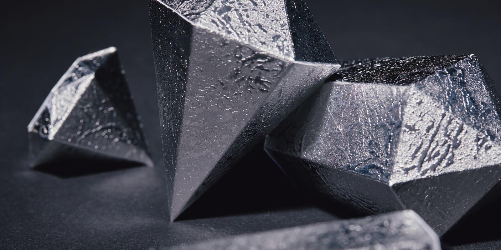 Vergrößerte Ansicht auf facettierte Silberlinge auf schwarzem Hintergrund