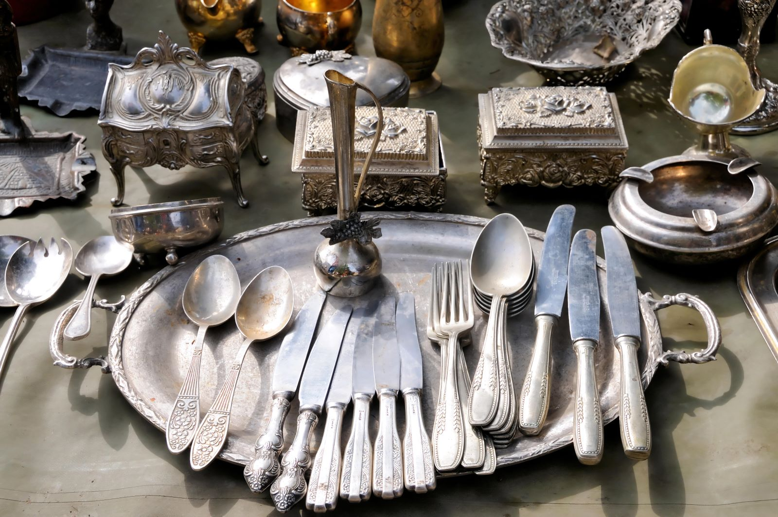Silver cutlery and caskets