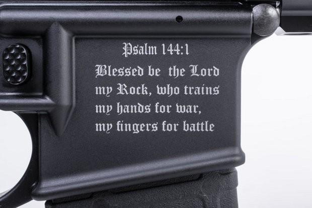 Un fusil d'assaut anti-musulman avec un verset de la Bible