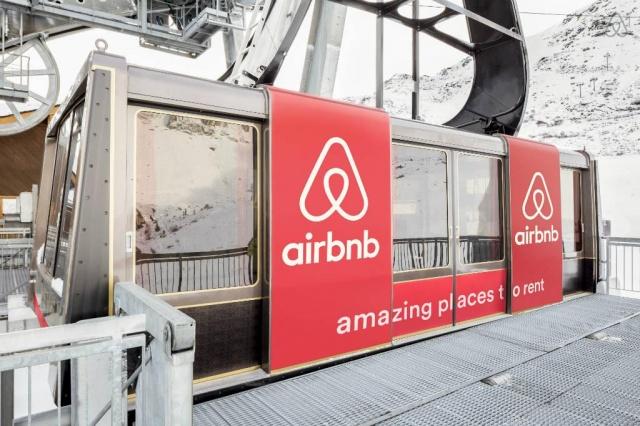 une femme poursuit Airbnb pour des caméras cachées qu'elle a trouvé dans sa maison de location
