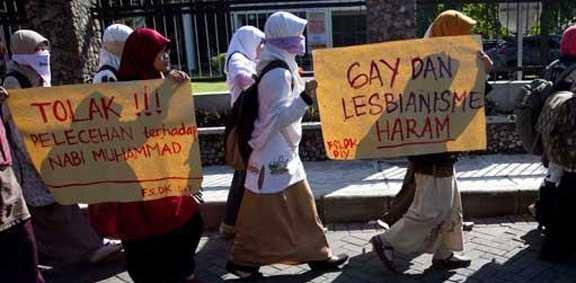 """Des étudiantes en Indonésie qui manifestent contre le LGBT en déclarant que c'est """" Haram """""""