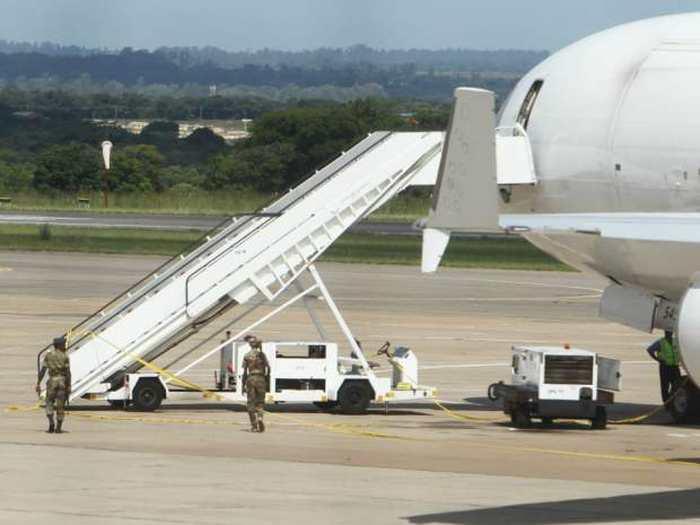 Découverte d'un cadavre dans un avion transportant des millions en cash au Zimbabwe