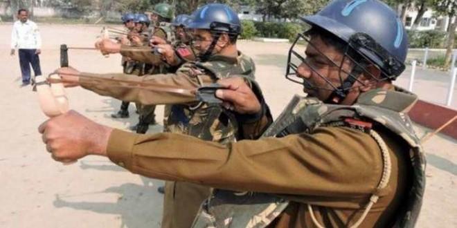 La police indienne utilise des lance-pierres équipés de boules de piment pendant les manifestations.