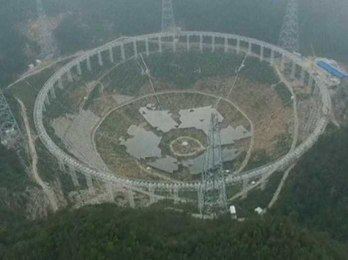 La Chine va déplacer 9 000 personnes pour construire le radiotélescope FAST (Five hundred meter Aperture Spherical Telescope), le plus grand radiotélescope au monde.